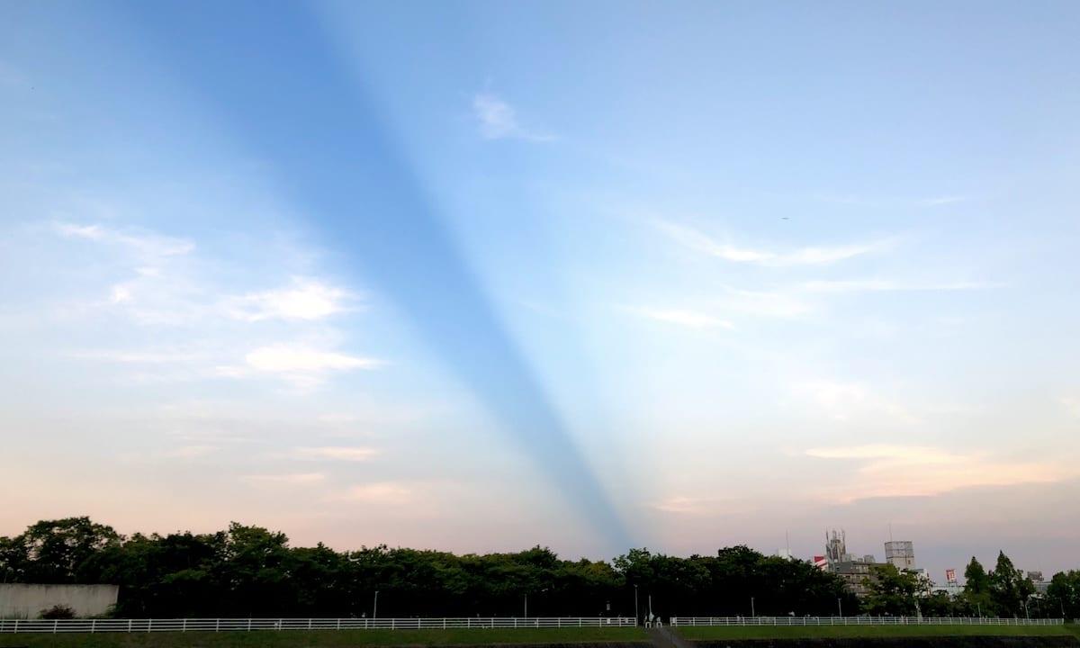 【摂津市】空に青いラインの不思議な現象は反対側にある異型な雲と関連があった?