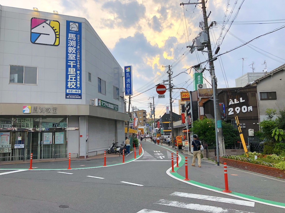 千里丘駅前道路