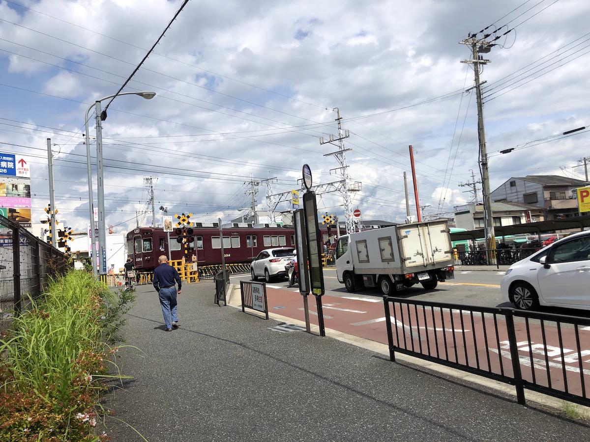 摂津市駅 踏切前