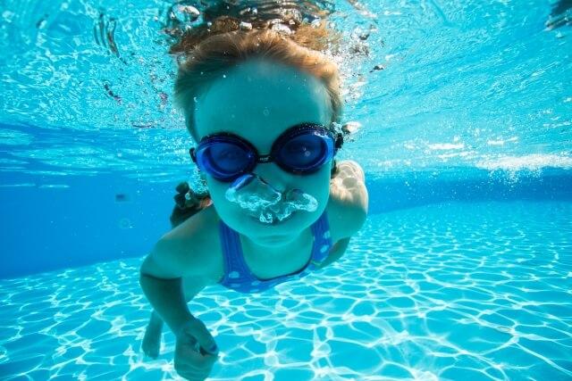 泳いでいる女の子