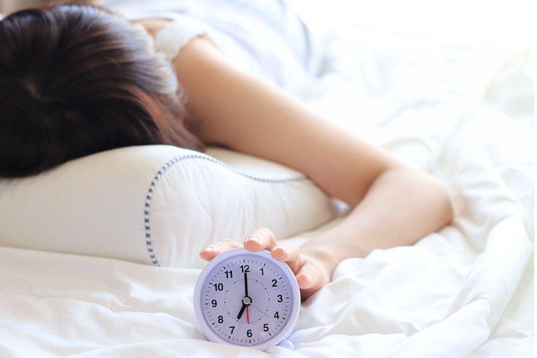 睡眠中 起床時刻の女性