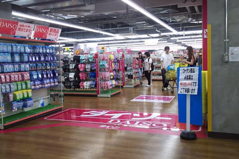 ダイソー ホームセンターコーナン新大阪センイシティー店 入り口