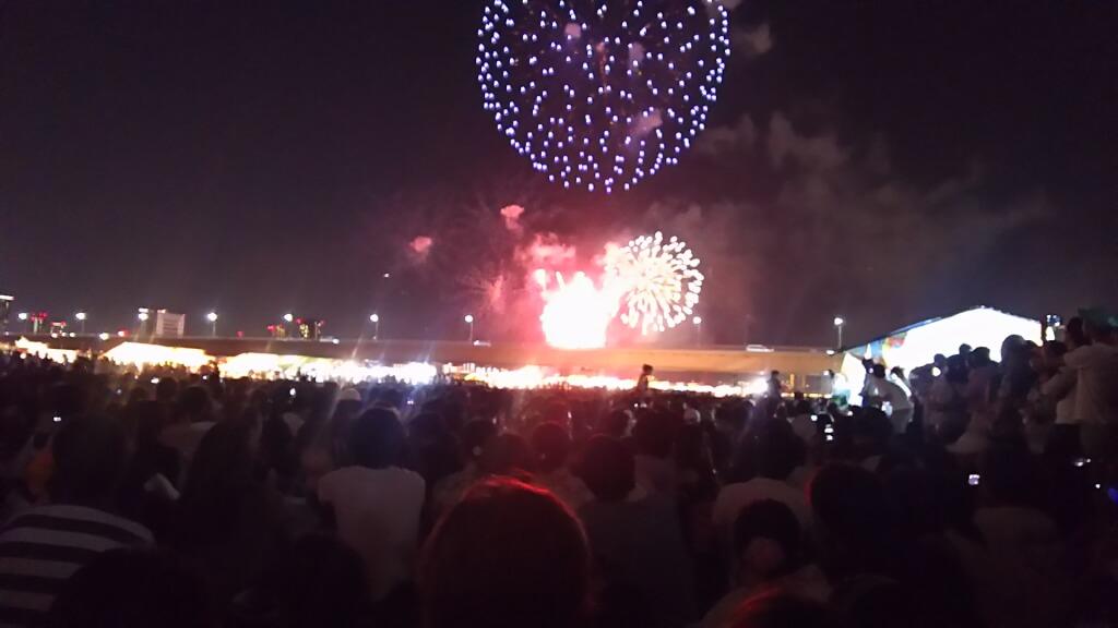 第30回 なにわ淀川花火大会 会場内の見物客と 花火