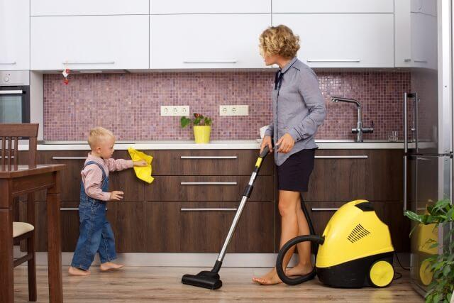 家事をする母親と 遊ぶ子ども