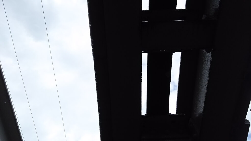 日本一低い高架下 から見た 線路