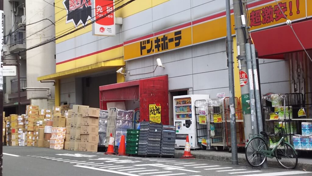 ドン・キホーテ 十三店 店舗西側 搬入口 付近 納品の商品