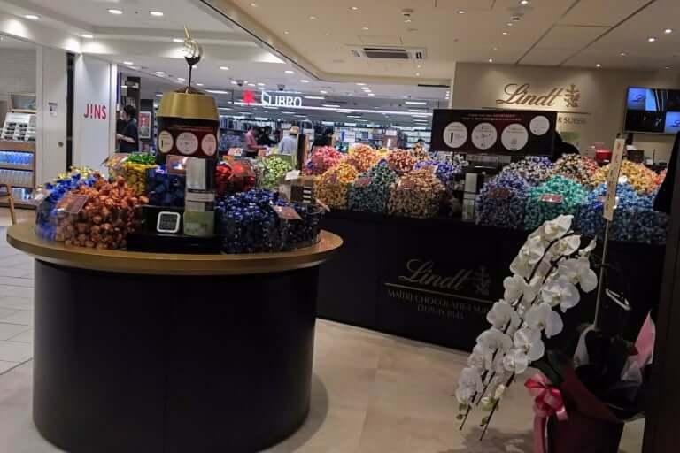 リンツ ショコラ ブティック 店内と 開店祝いのお花