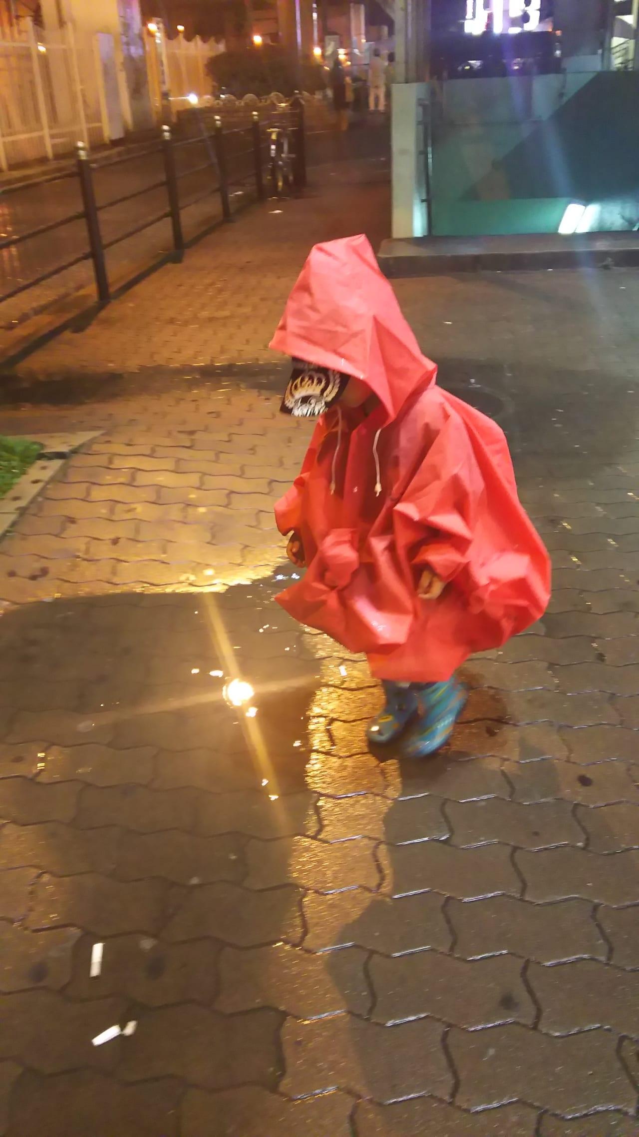 雨上がりにレインコートを 着ている子ども