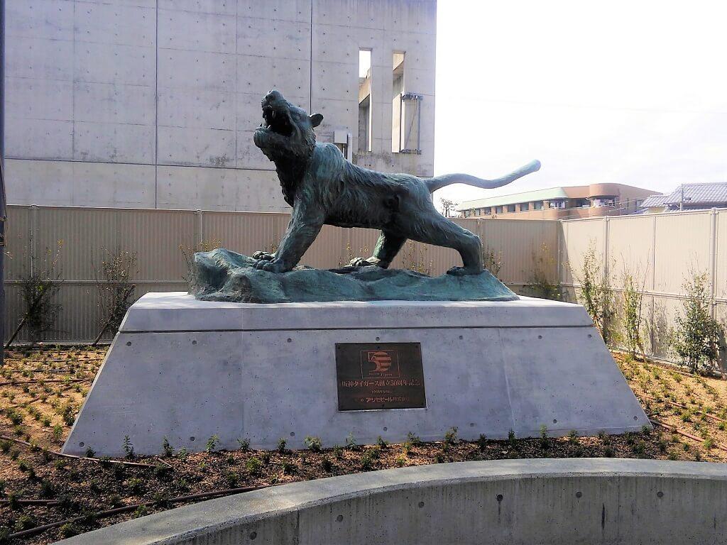 ミズノスクエアの虎の銅像