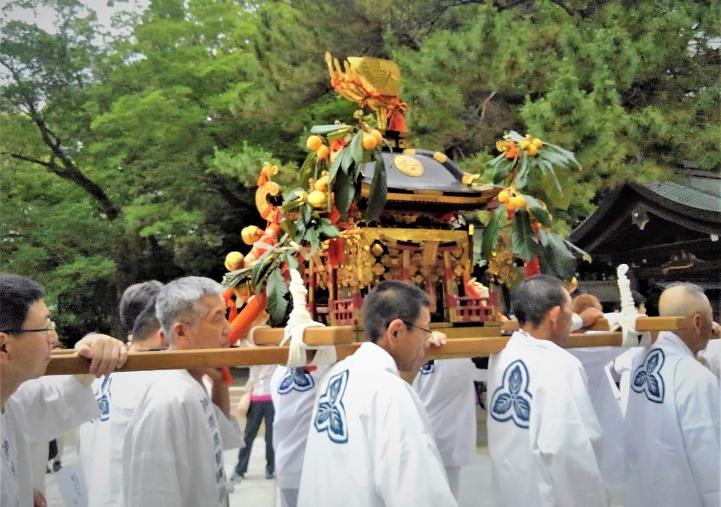 びわが飾られた神輿