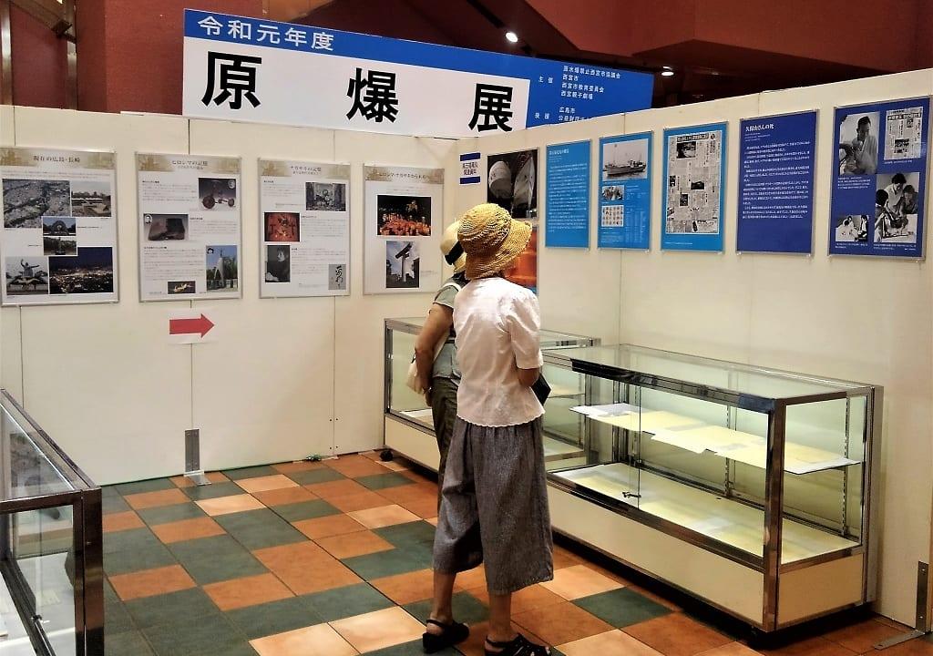 展示に見入る女性たち