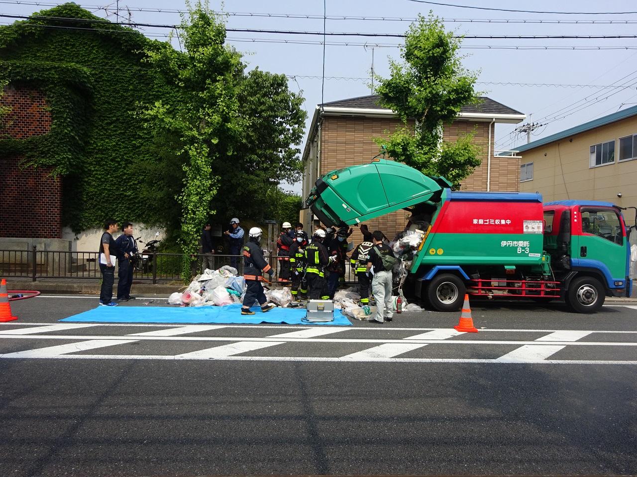 ゴミ収集車と警察と消防