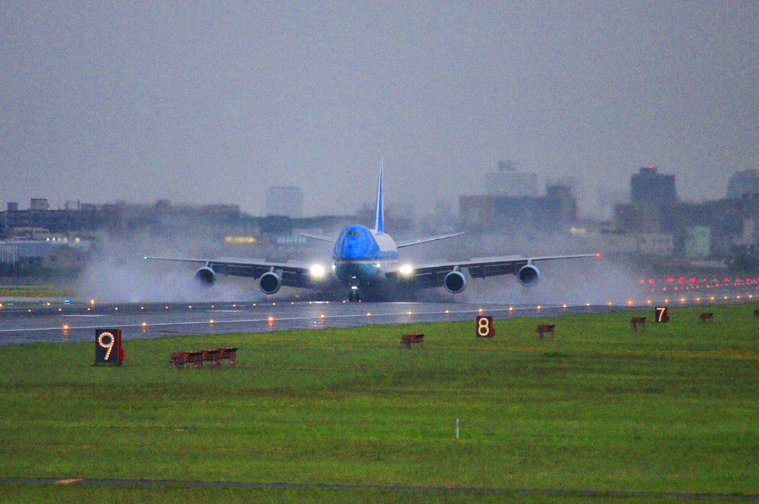 G20大阪サミットで来日のトランプ大統領を乗せたエアフォースワン水しぶきを上げて着陸