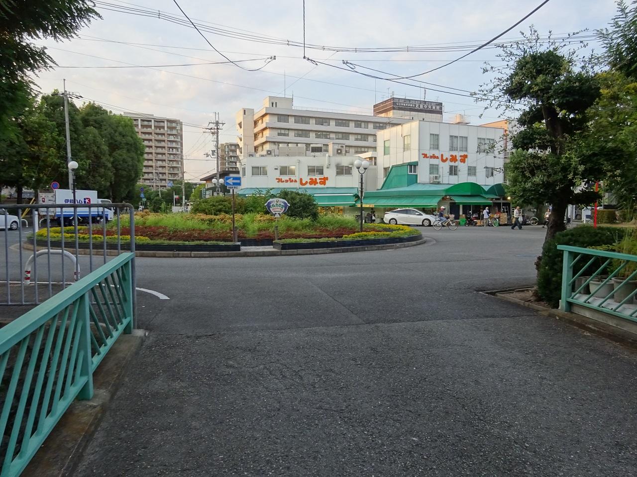 南から進入する道路から見た円形交差点