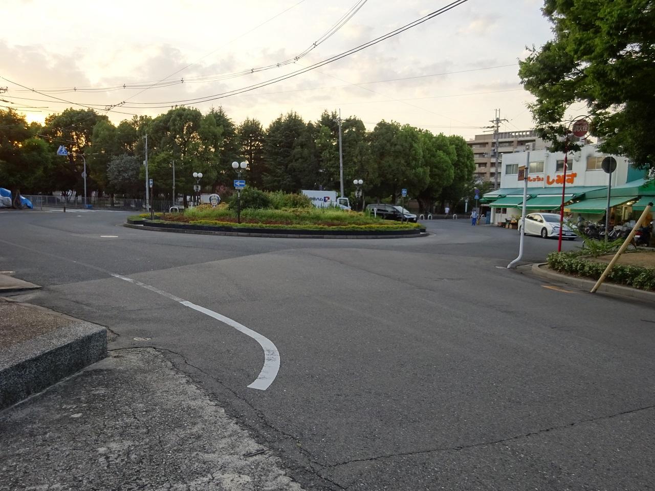 南東から進入する道路