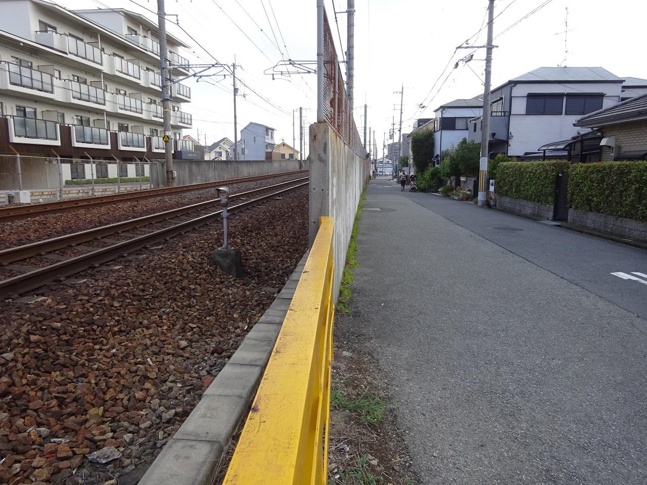 中山寺駅東側の側道