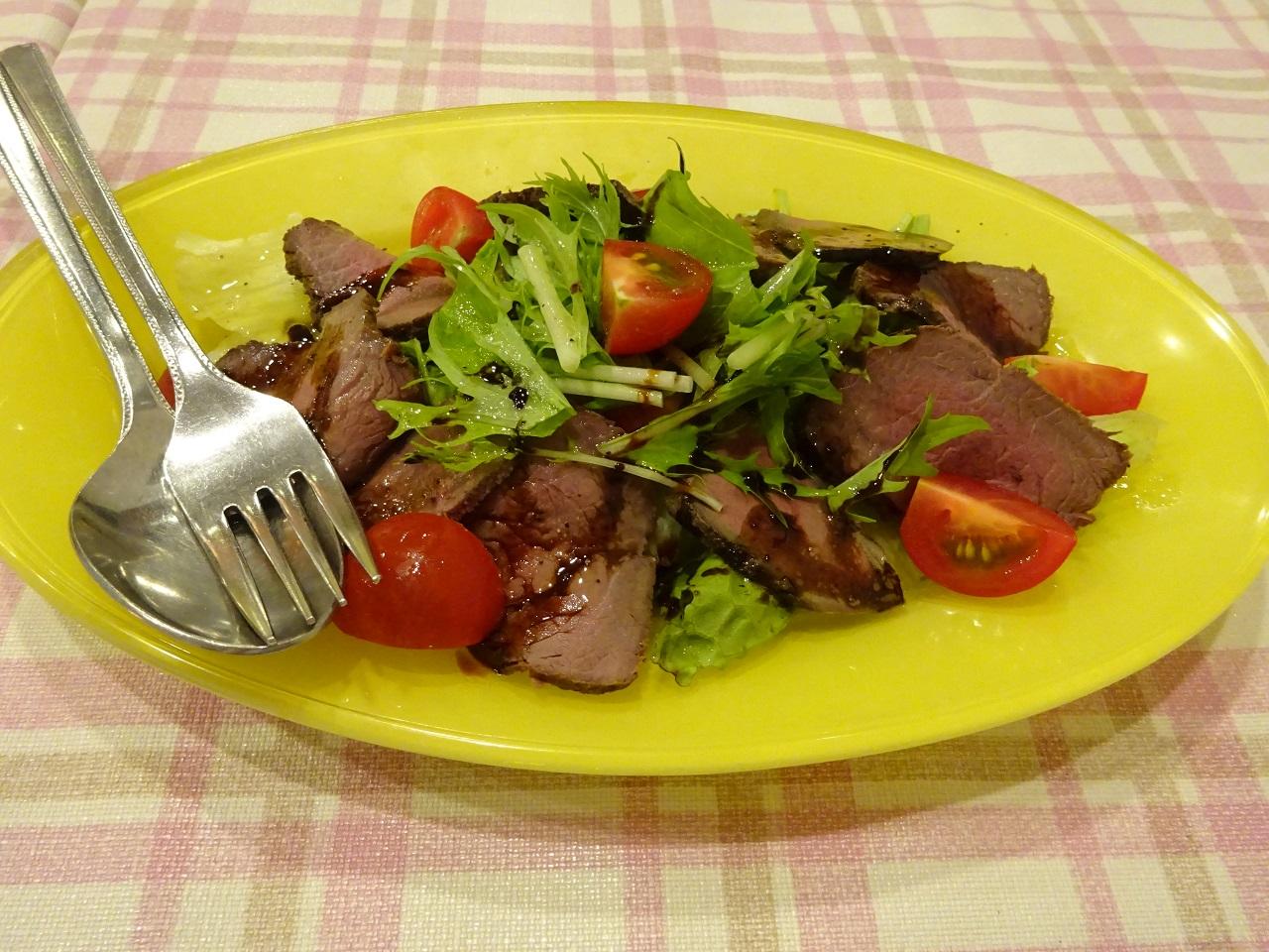 鹿肉のスモークサラダ仕立て