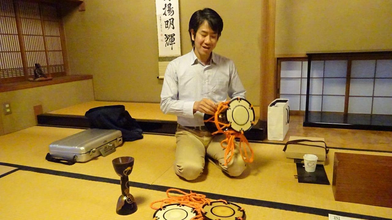 上田敦史先生。小鼓の組み立て