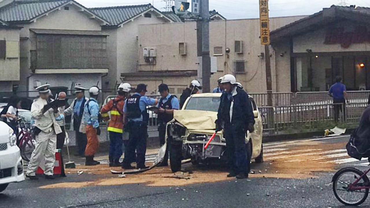 【四條畷】なわてボウル近く西中野の交差点で乗用車が大破する事故。163号線はかなりの渋滞の模様です。
